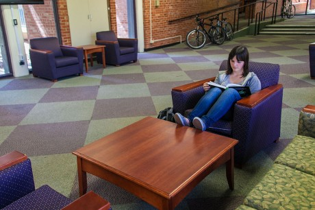 Junior Shalee Wallace spends her Thursday afternoon studying in North/South foyer. Photo by Anh-Viet Dinh.